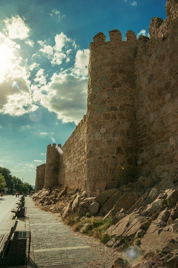 Fot- promenad- och stadsvägg med det pittoreska tornet på Avila royaltyfri foto