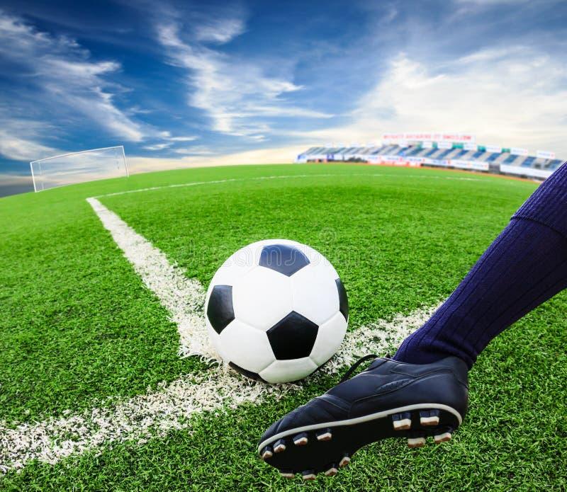 Fot som sparkar fotbollbollen royaltyfria bilder