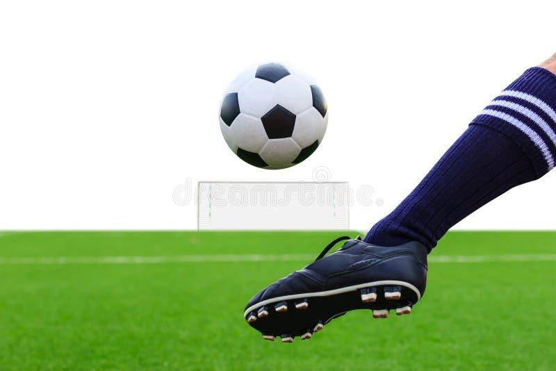 Fot som sparkar fotbollbollen arkivfoton