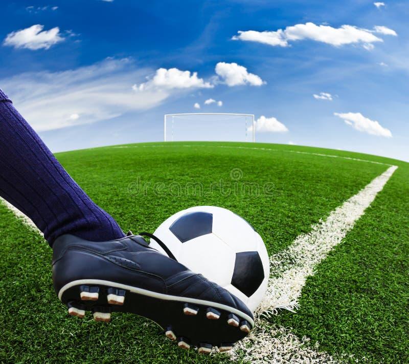 Fot som sparkar fotbollbollen royaltyfri bild