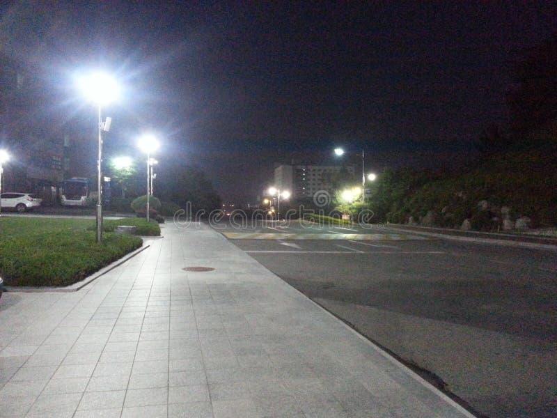 Fot- väg på natten fotografering för bildbyråer