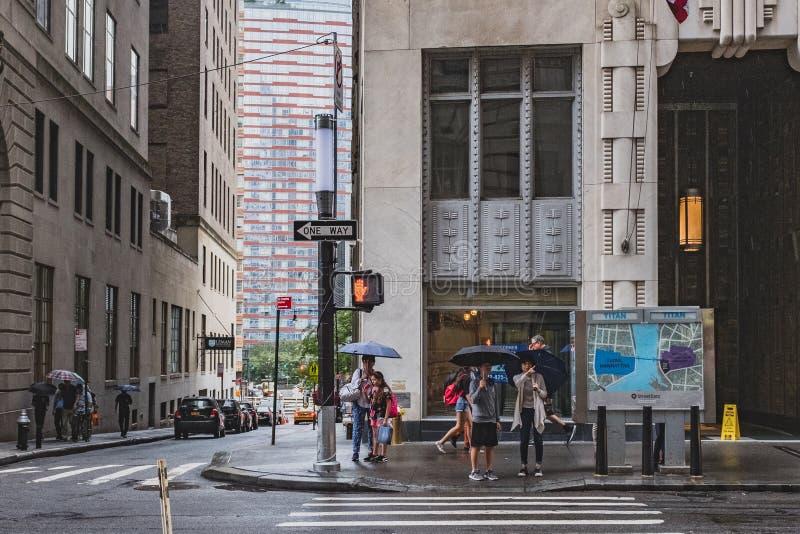Fot- vänta på trottoaren som korsar gatan i lägre Manhattan royaltyfri fotografi