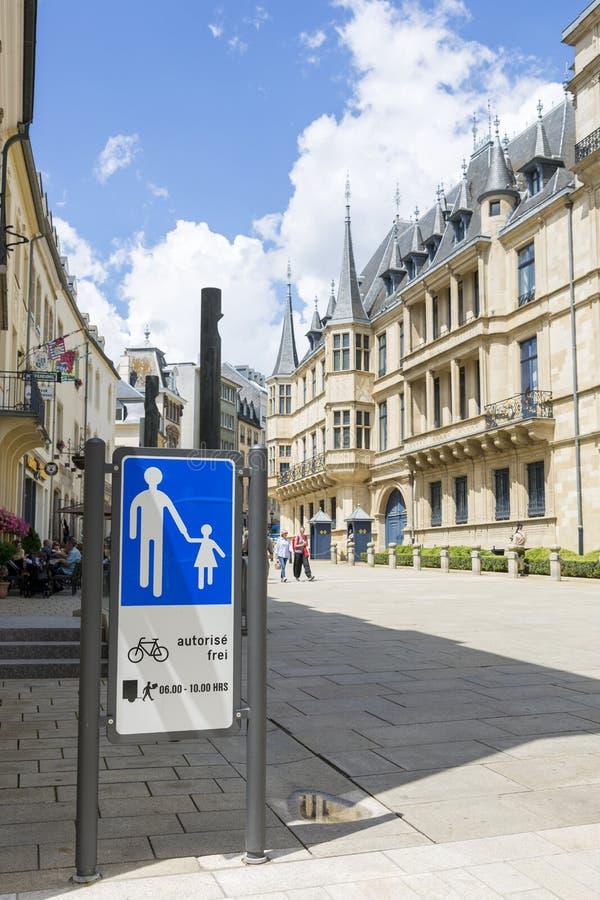 Fot- zon för trafiktecken på gatan framme av den Luxembourg parlamentbyggnaden arkivbilder