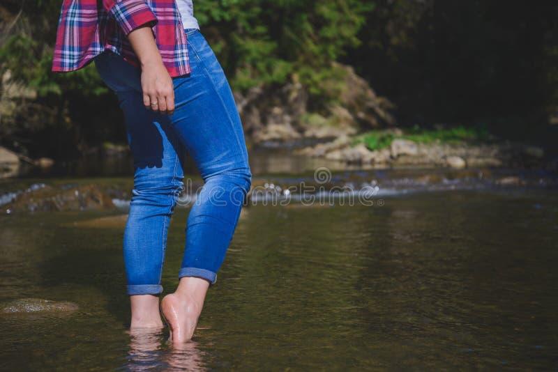 Fotbad i bergfloden royaltyfri foto