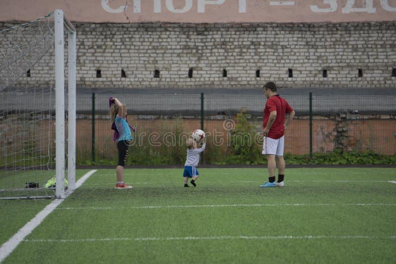 Fotbollövning på fältfotbollövningen på fältet - Ryssland Berezniki 25 Juli 2017 arkivbilder