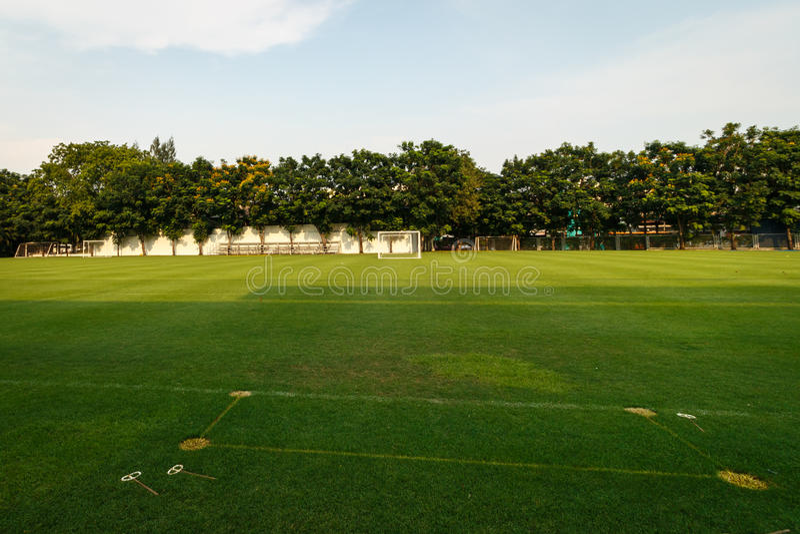 Fotboll- eller fotbollfält i skolan royaltyfria bilder