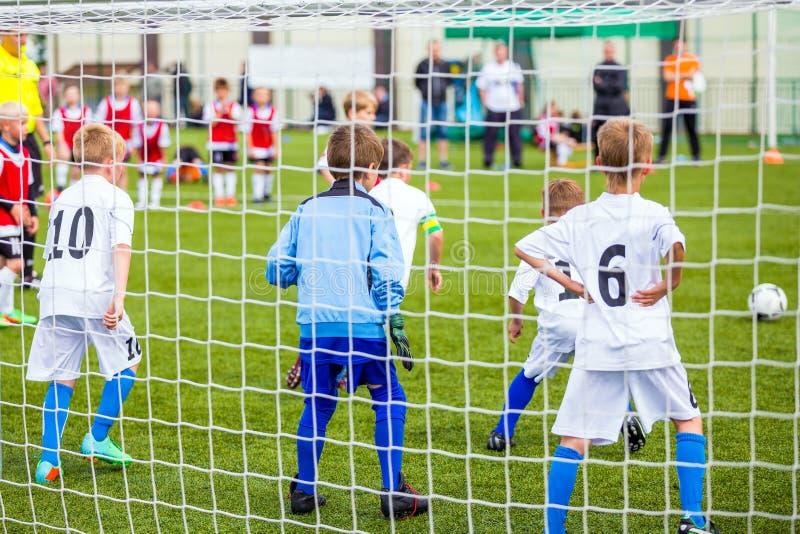 Fotboll för barnlek Pojkar som sparkar fotbollleken Fotbollturnering för ungdomskolalag arkivfoton