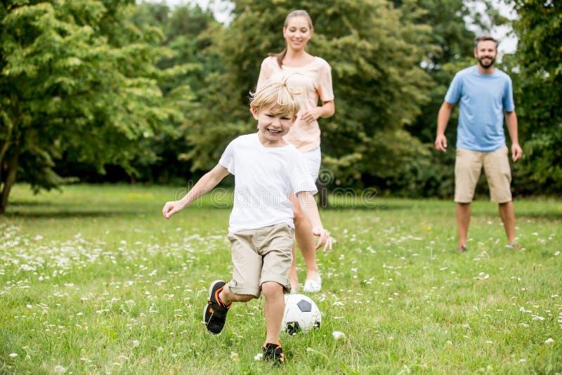 Fotboll för fotboll för barnlekar royaltyfri foto