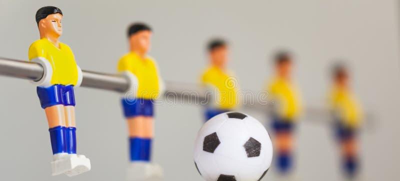 Fotboll för tabell för sportfoosballspelare royaltyfria bilder