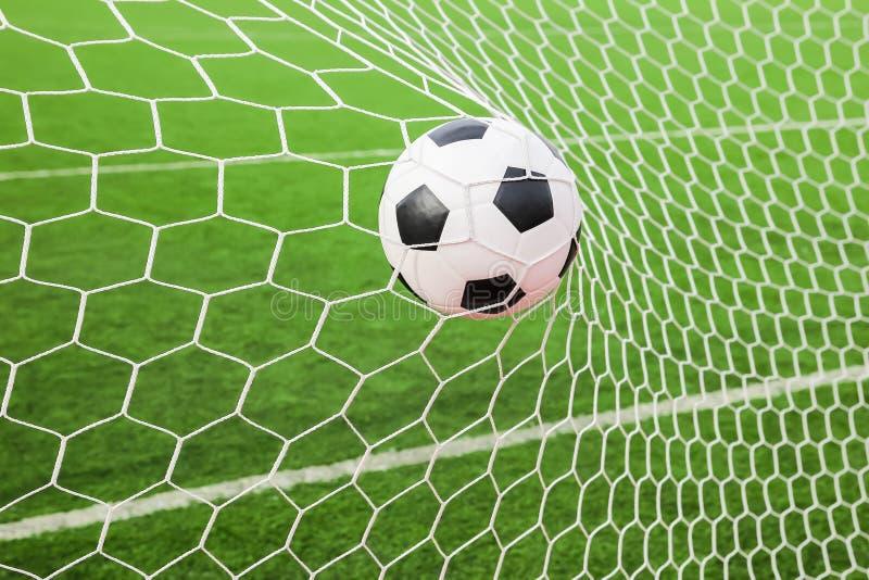 Fotboll i målet förtjänar arkivbild