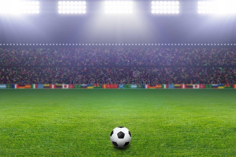 Fotboll klumpa ihop sig, stadionen som är ljus arkivbilder