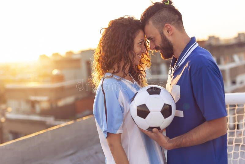 Fotboll och förälskelse royaltyfria bilder