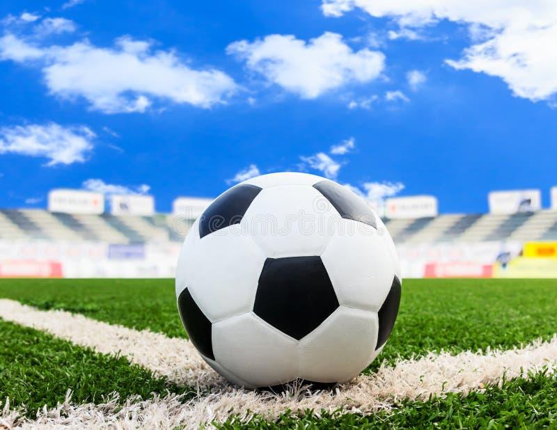 Fotboll på fält för grönt gräs royaltyfria bilder