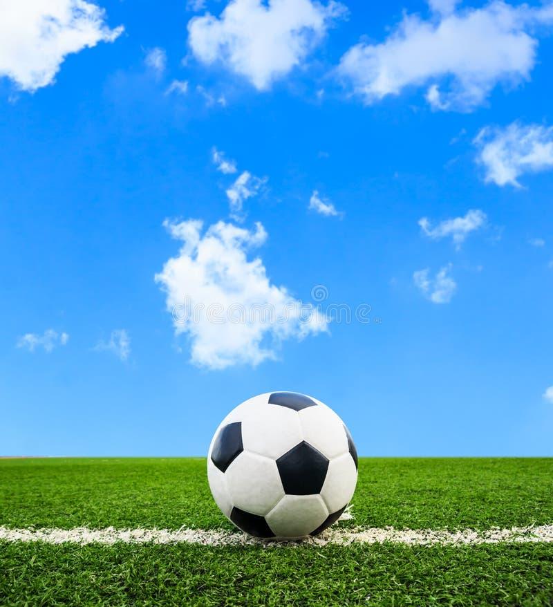 Fotboll på fält för grönt gräs arkivfoton