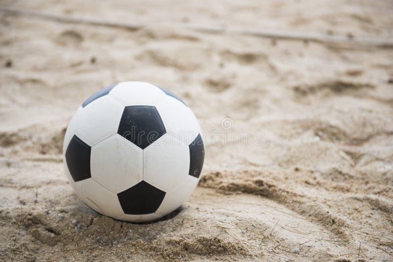 Fotboll på sandstranden arkivfoton