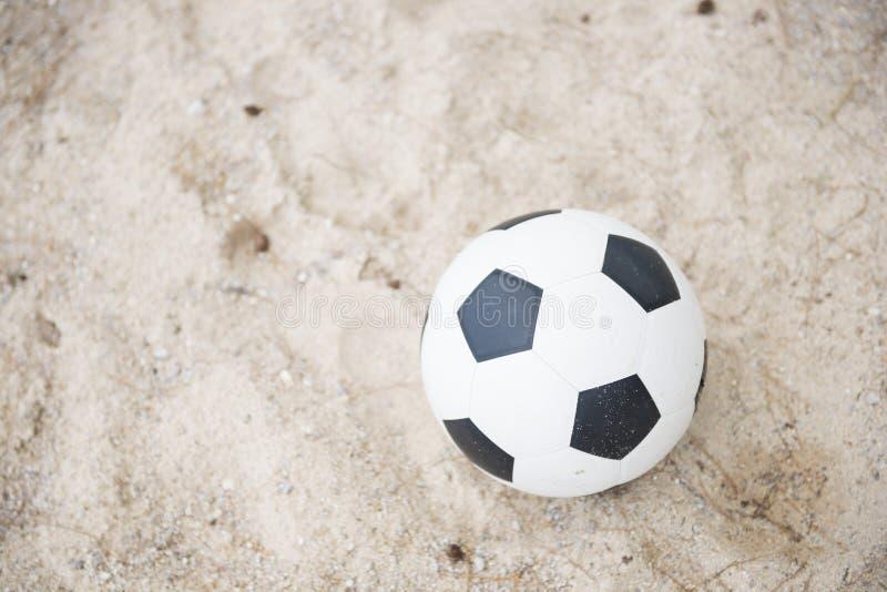 Fotboll på sandstranden royaltyfri fotografi