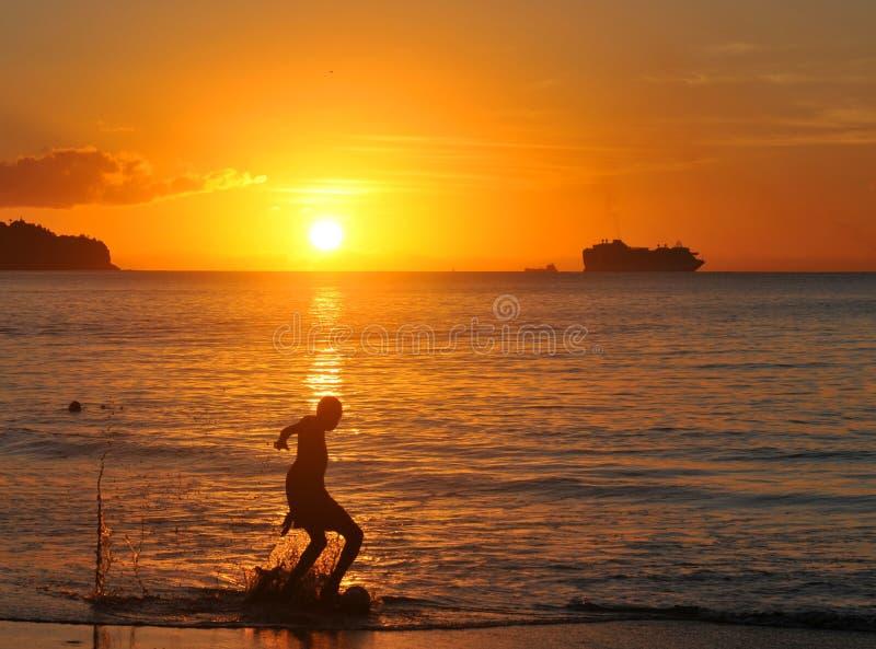 Fotboll på solnedgången fotografering för bildbyråer