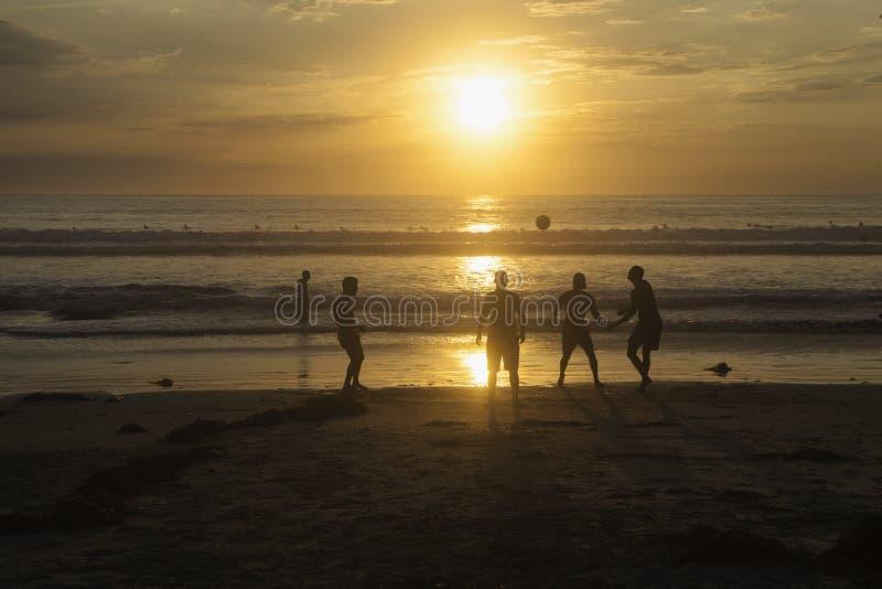 Fotboll på stranden arkivfoto
