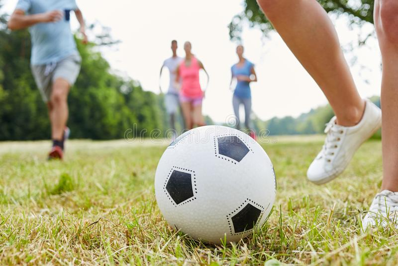 Fotboll som fritid mellan vänner royaltyfria bilder