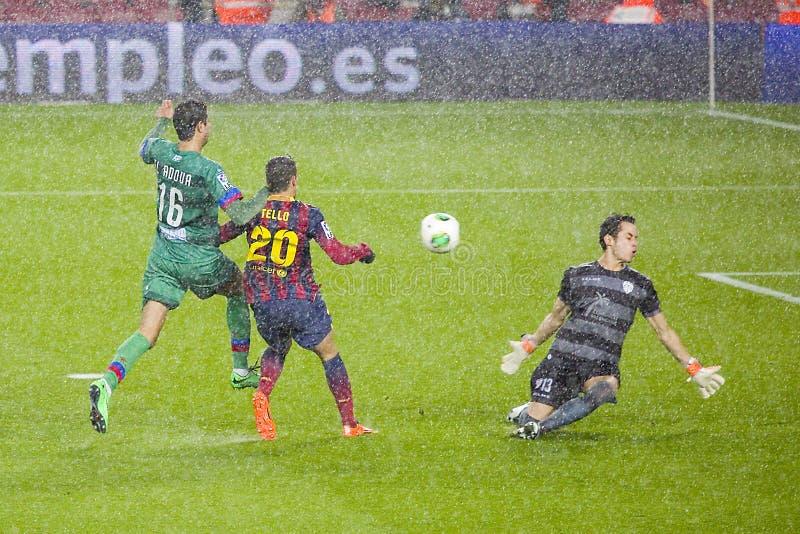 Fotboll under regn fotografering för bildbyråer