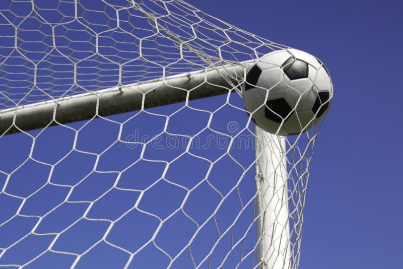 Fotbollboll i netto mål. arkivbilder