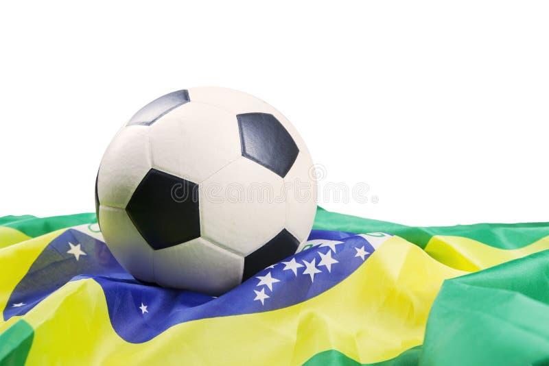 Fotbollboll med den isolerade brasilianska flaggan arkivfoton