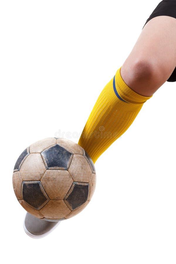 Fotbollboll på foten av en fotbollsspelare Isolerad vit royaltyfria foton