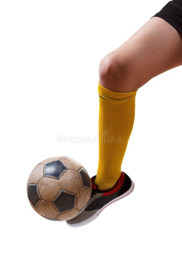 Fotbollboll på foten av en fotbollsspelare Isolerad vit fotografering för bildbyråer