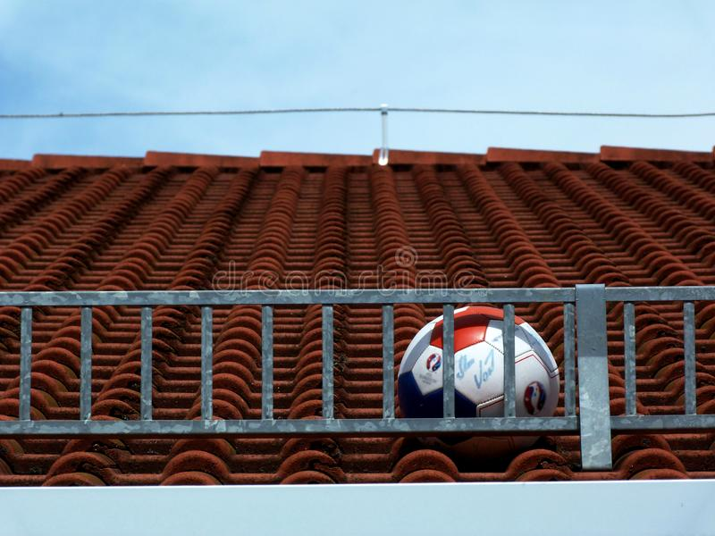 Fotbollboll som klibbas på taket arkivfoto