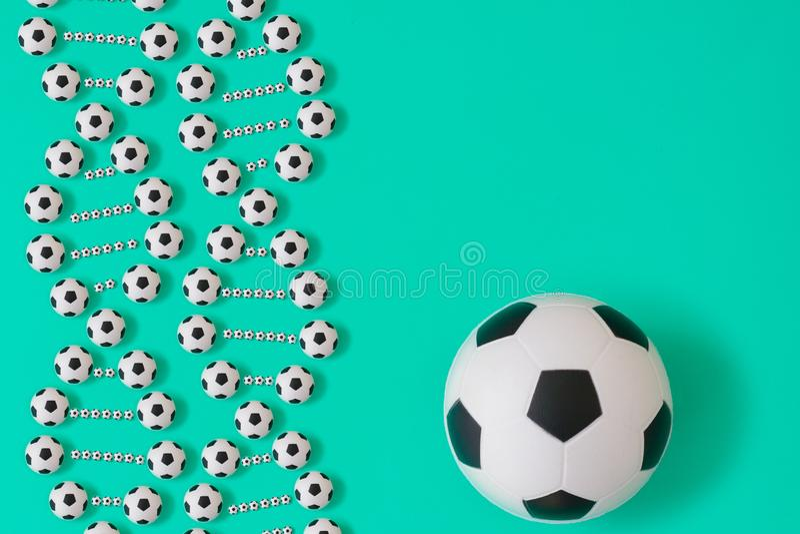 Fotbolldna p? bl? bakgrund royaltyfri illustrationer