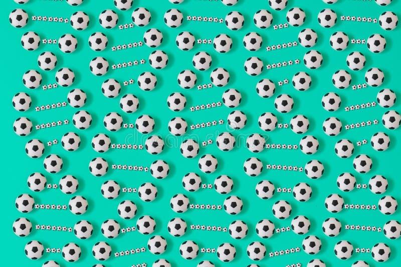 Fotbolldna p? bl? bakgrund vektor illustrationer