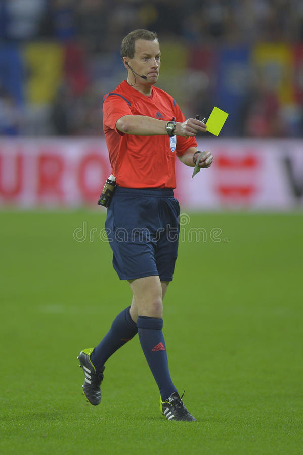 Fotbolldomaren, William Willie Collum visar det gula kortet royaltyfria bilder