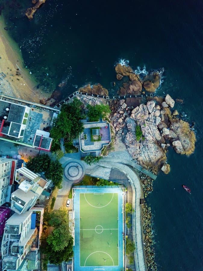 Fotbolldomstol vid havet royaltyfria foton