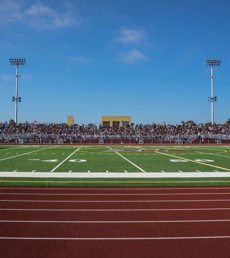 Fotbollfältet tänder och står royaltyfri bild
