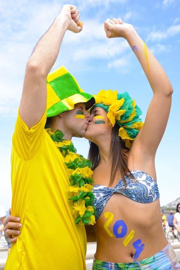 Fotbollfans som kysser sig. royaltyfri bild