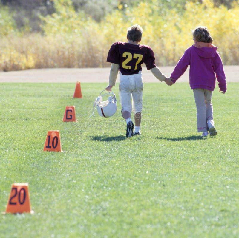 fotbollflickvänliga little spelare fotografering för bildbyråer