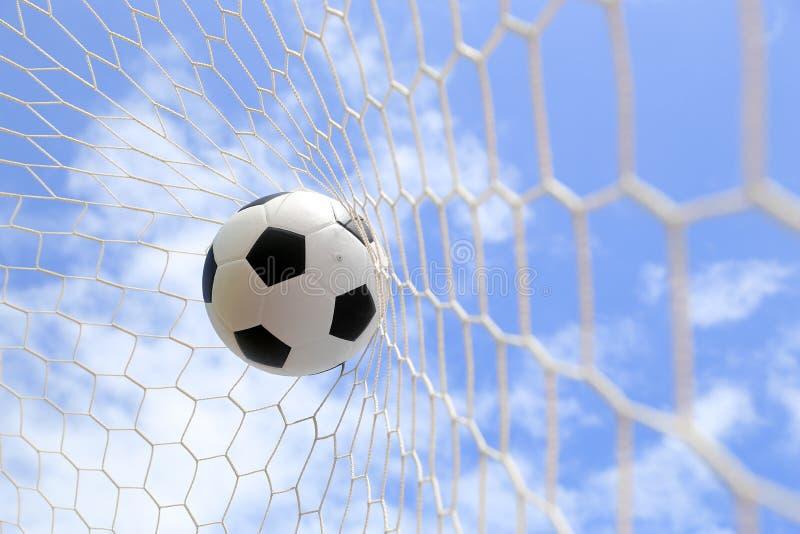 Fotbollfotboll i mål förtjänar royaltyfri foto