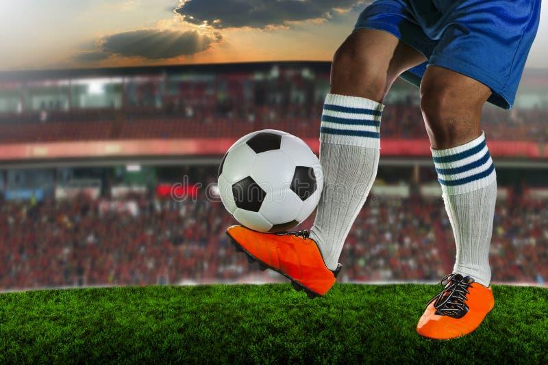 Fotbollfotbollsspelare i stadion royaltyfria foton