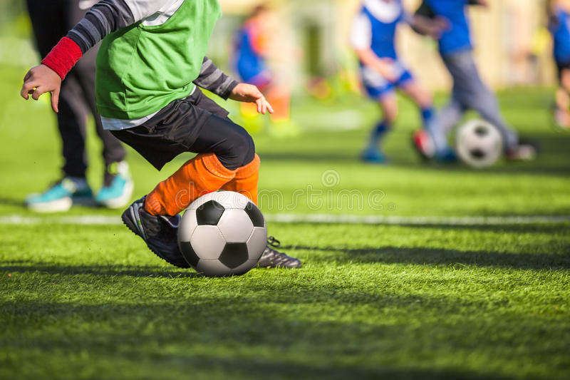 Fotbollfotbollutbildning för barn arkivfoton