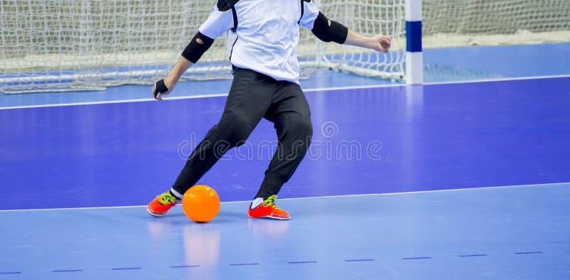 FotbollFutsal boll och manlag Sportkorridor för inomhus fotboll Målvakt med en boll arkivbilder