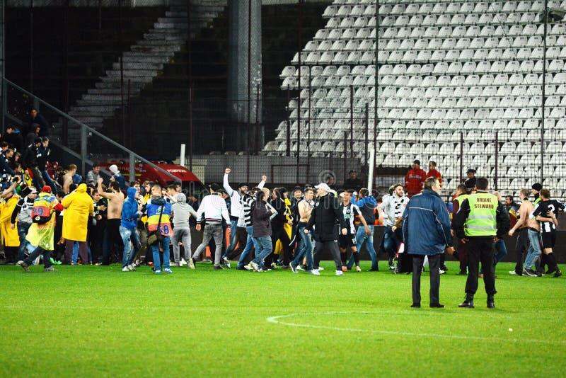 Fotbollhuligan som körs på fotbollfältet royaltyfria foton