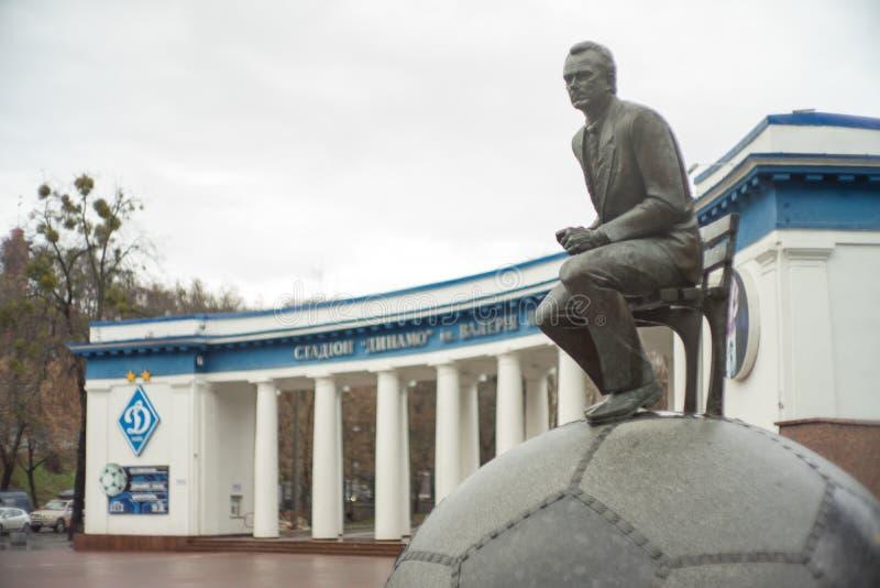Fotbolllagledare, Lobanovsky nära stadionskulpturen arkivfoton