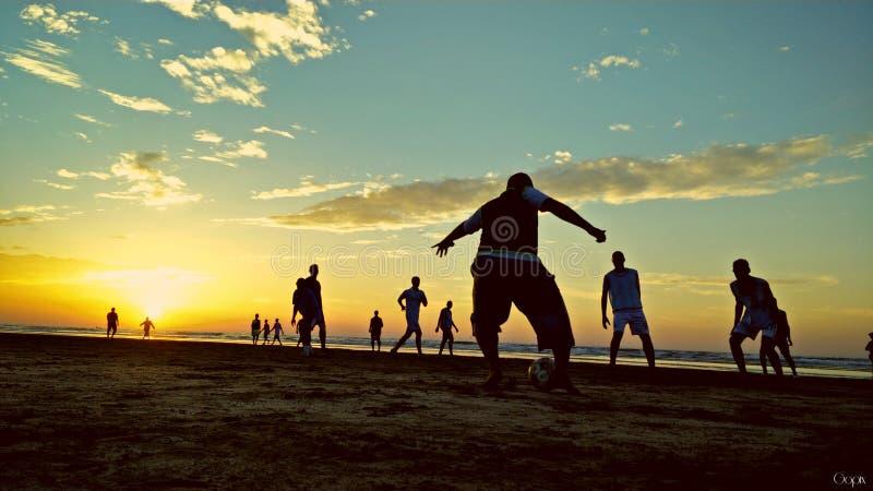 Fotbolllek på den Qurum stranden Muscat Oman royaltyfria foton