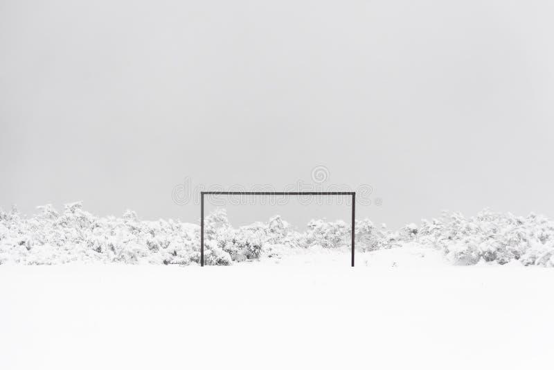 fotbollmål i snö arkivbild