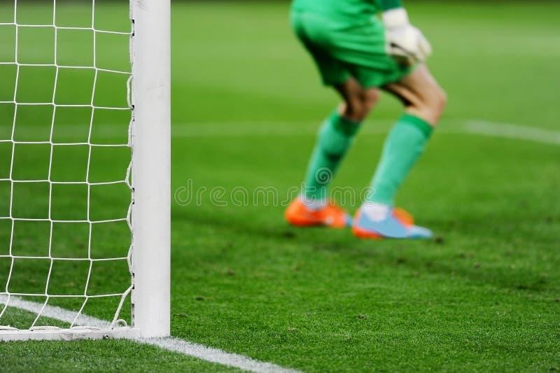 Fotbollmål med målvakten i bakgrund arkivfoton