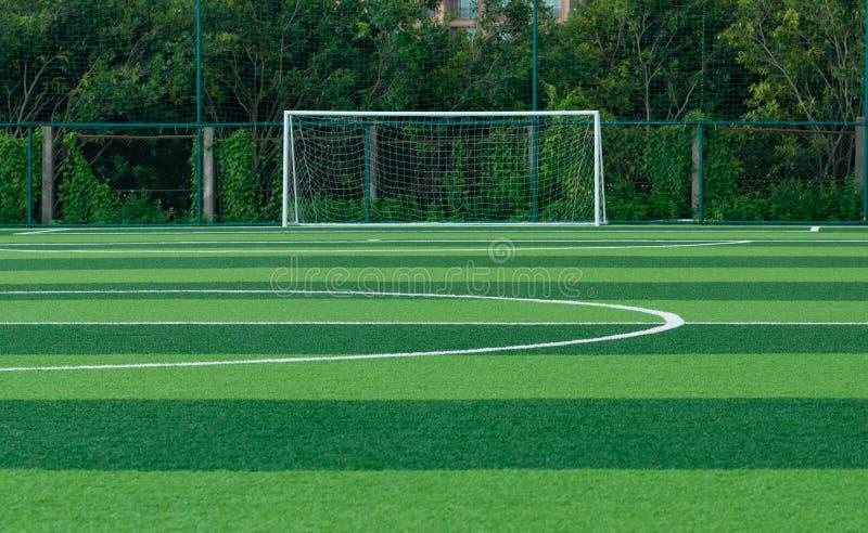 Fotbollmål på gräsfotbollfält fotografering för bildbyråer