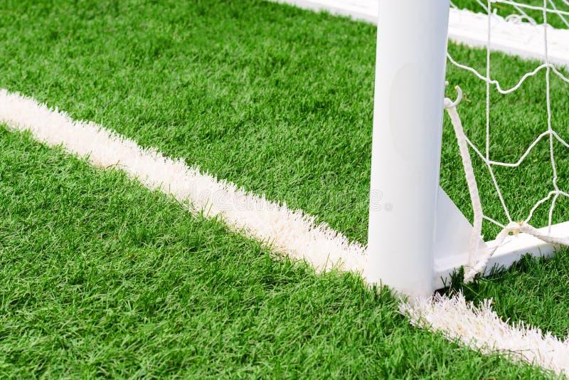 fotbollmålfotboll på fält för grönt gräs arkivfoto