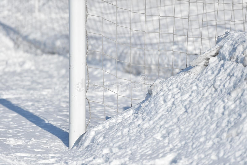 Fotbollmålstolpe och snö royaltyfria foton