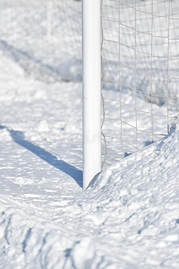 Fotbollmålstolpe och snö fotografering för bildbyråer