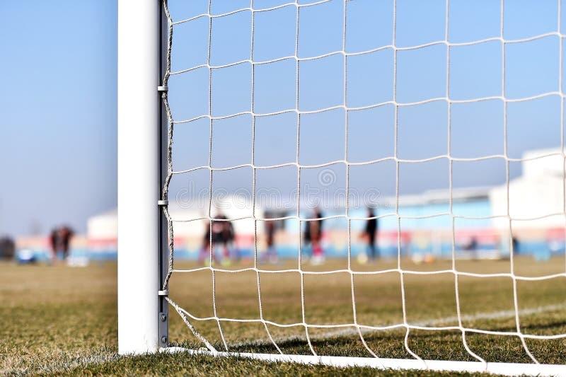 Fotbollmålstolpe och spelareutbildning arkivbilder